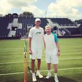 Boris Becker posiert mit dem größten Spieler des Turniers: Ivo Karlovi?.