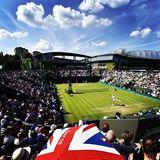 Das Wetter spielt mit udn es gibt strahlend blauen Himmel über Wimbledon.