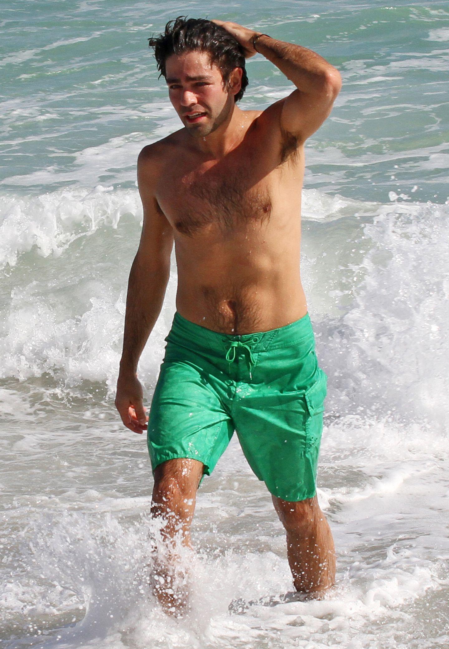 """""""Entourage""""-Star Adrian Grenier zeigt am Strand nicht nur seinen trainierten Körper, er posiert gleich noch verführerisch und streicht sich lässig die nassen Haare aus dem Gesicht."""
