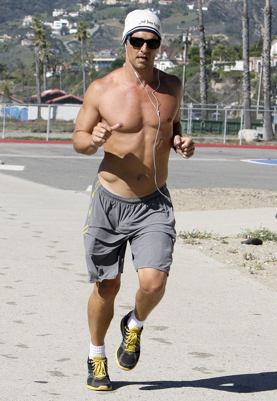 Matthew McConaughey zählt ohne Zweifel zu den heißesten Schauspielern Hollywoods. Mit nacktem, durchtrainiertem Oberkörper und Musik joggt er durch Los Angeles.