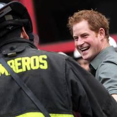 28. Juni  In Valparaiso scherzt Harry mit freiwilligen Feuerwehrmännern der George Garland Company.