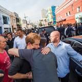 """26. Juni  Prinz Harry wird von einem Polizisten umarmt, als er in Sao Paulo die Nachbarschaft Luz - bei Einheimischen bekannt als """"Crackland"""" - besucht."""