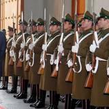 Harry trifft zu seinem dreitägigen Besuch in Chile ein. Er wird im Präsidentenpalast in Santiago empfangen.