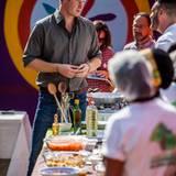 Zur Begrüßung in Cubatao im atlantischen Regenwald bekommt Prinz Harry lokale Speisen serviert.