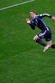 Manuel Neuer zeigt eine sehr gute Leistung. Der Torhüter klärt mehrfach außerhalb des Strafraums gefährliche Situationen.