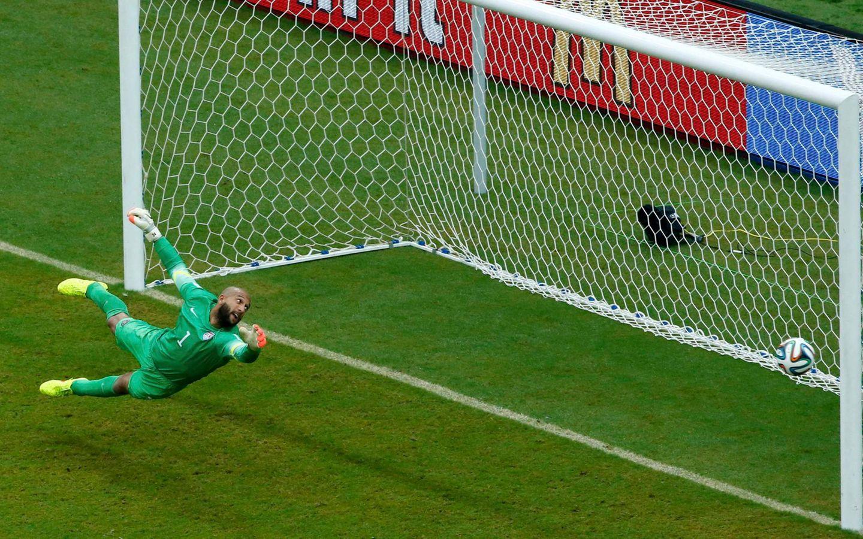 Diesem Ball von Thomas Müller kann der US-Torhüter Tim Howard nur noch hinterherschauen.