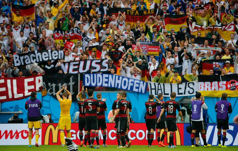 Nach dem 1:0-Triumph lässt sich die deutsche Nationalmannschaft von den angereisten Fans feiern.
