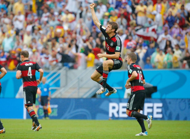 Der Führungstreffer geht wieder auf das Konto von Thomas Müller. Da kann man schon mal vor Freude in die Luft springen.