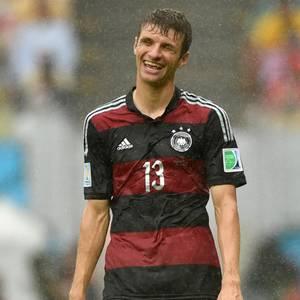 Trotz Regens freut sich Thomas Müller über seinen Siegtreffer.