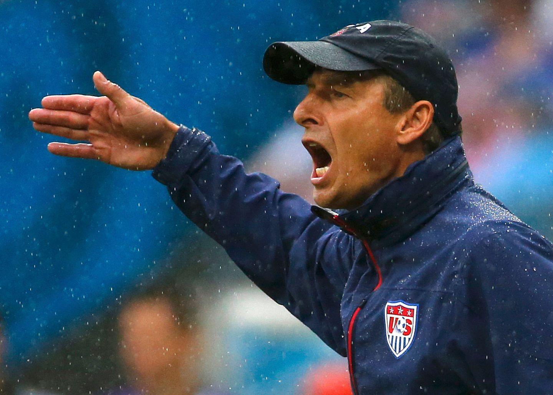 Jürgen Klinsmann versucht vom Spielfeldrand aus, sein Team anzutreiben.