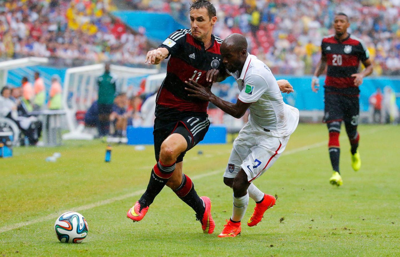 Miroslav Klose wird in der zweiten Halbzeit für Lukas Podolski eingewechselt.