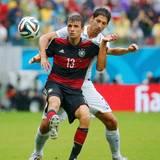 Thomas Müller sieht mit seiner genähten Braue und dem blauen Auge etwas angeschlagen aus, zeigt jedoch volle Leistung.