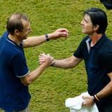 Nach dem Abpfiff freuen sich Jürgen Klinsmann und Jogi Löw über den Erfolg ihrer Mannschaften.