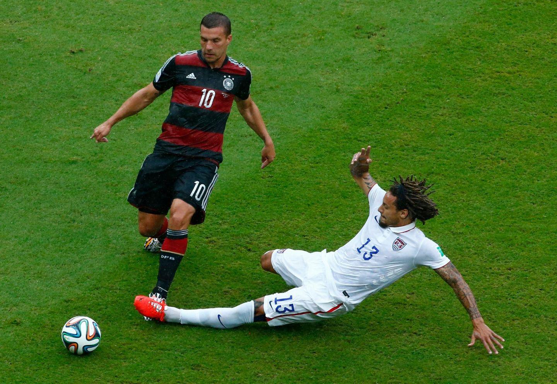 Lukas Podolski versucht zwar kurz nach Anpfiff den ersten Schuss aufs Tor, darf dann aber nur noch bis zum Ende der ersten Halbzeit mitspielen.
