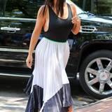 Kim Kardashian könnte fast schon als Königin des Side-Boob-Looks durchgehen. Mit ihrer großen Oberweite und engen, tiefausgeschnittenen Tank-Tops ist das auch nicht schwierig.
