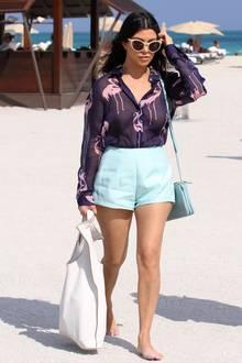 Kourtney Kardashian stylt ihre Bluse zu Pastell-Shorts – ein klasse Look für heiße Tage