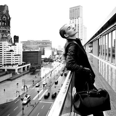Auf der Dachterrasse des Bikini-Hauses kann man sich die Gedächtniskirche anschauen oder ein paar stille Momente hoch über dem Trubel der Budapester Straße genießen. – Lange Lederweste mit Steppungen, von Achtland. Darunter ein Lederkleid von Closed. Handschuhe mit Perlenstickerei, von Schumacher. Bowling Bag aus Gummi, von Jil Sander