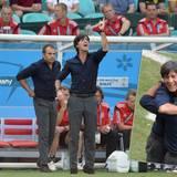 """So schön anzusehen: Unser Trainer-Traumduo Joachim """"jogi"""" Löw und sein Assistent Hansi Flick überzeugen abseits des Spielfeldes mit ihrem perfekten Partnerlook."""