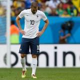 Frankreichs Kickerstar Karim Benzema verfehlt das Tor und kann die Welt nicht fassen - weil Deutschland gewinnt und somit ins Halbfinale einzieht.