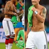 Natürlich gehört der obligatorische Trikottausch nach dem Spiel dazu. Jerome Boateng und Mesut Özil zeigen, wie's geht.