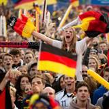 Berlin rastet aus! Auf der größten Fanmeile Deutschlands wird ekstatisch gehüpft und gesprungen, wenn Deutschland ein Tor schießt.