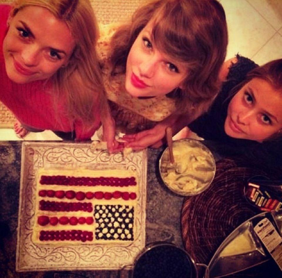Jaime King und Taylor Swift haben gebacken.