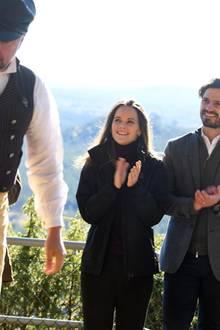 Prinzessin Sofia und Prinz Carl Philip klatschen nach einer Hornbläservorstellung.