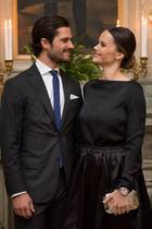 Das wohl schönste royale Paar der Welt: Im Värmland werden Prinzessin Sofia und Prinz Carl Philip werden von Governeur Kenneth Johansson und seiner Gattin Viola Karlstad zum Dinner eingeladen. Das bezaubernde Paar stiehlt dabei natürlich allen die Show.
