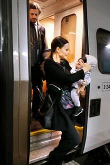 Ankunft in Karstadt, Värmland: Beim Aussteigen hält Prinzessin Sofia den warm eingepackten Prinzen Alexander in den Armen. Etwas angeschlagen von der Reise folgt ihr Prinz Carl Philip aus dem Zug.