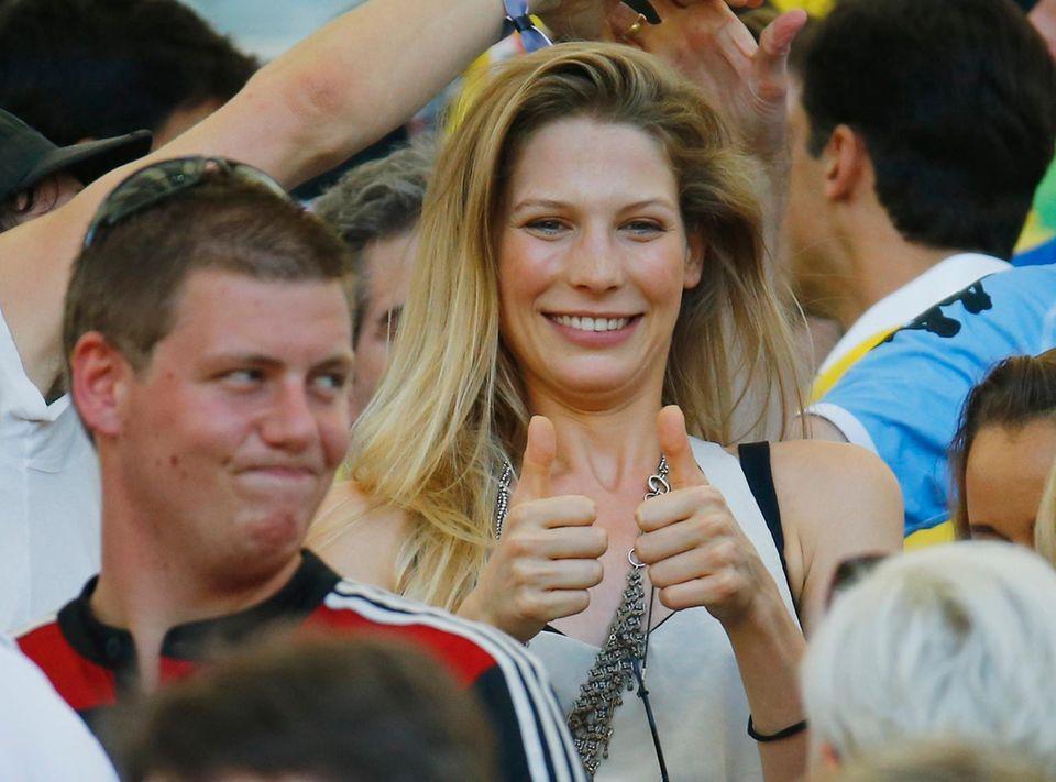 Thumb up: Sarah Brandner, die Freundin von Bastian Schweinsteiger
