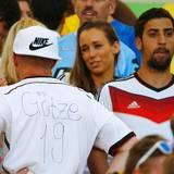 Mario Götzes Vater Jürgen zeigt sein selbst beschriftetes Trikot. Neben ihm steht Rani, der Bruder von Sami Khedira.