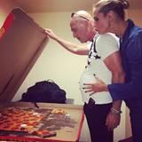 Die XL-Pizza betrachtet die vierfache Mutter lieber mit etwas Abstand.