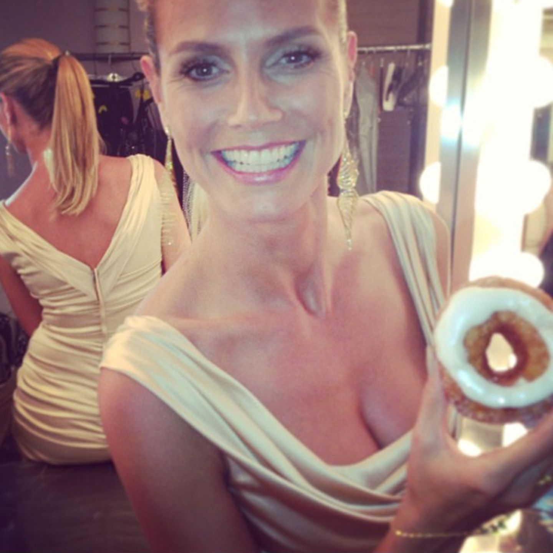 Ein glasierter Donut hat im Schnitt 400 Kalorien. Kein Wunder, dass Heidi Klum nicht herzhaft in die Süßware beißt!