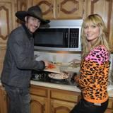 """Na, Hunger? Heidi hilft ihrem """"GNTM""""-Kollegen Thomas Hayo beim Kochen."""