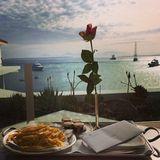 """Während ihres Frankreich-Urlaubs im """"Hotel Du Cap-Eden-Roc"""" bestellte sich das Model eine ordentliche Portion Pommes."""