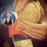 Kurz vorm Abflug holt Heidi Klum sich noch einen Burger am Flughafen und wünscht ihren Fans mit diesem Schnappschuss ein schönes Wochenende!