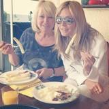 """Mit Mama Erna zeigt sich die """"GNTM""""-Chefin beim Spargel essen - natürlich inklusive Sauce Hollandaise!"""