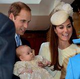Bei der Ankunft vor der Kapelle begrüßen Herzogin Catherine, Prinz William und Baby George die Queen.