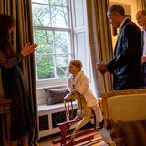 Anfangs noch etwas schüchtern taut Prinz George auf, als er Obama sein Schaukelpferd vorführen darf.