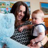 Der blaue Riesenbär scheint dem kleinen Prinzen nicht geheuer zu sein.