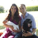 """Im August 2013 veröffentlicht der """"Kensington Palast"""" endlich ein neues Foto von Prinz George. Gemeinsam mit Hund Lupo posieren Prinz William, Ehefrau Catherine und ihr Sohn im Garten von Familie Middleton."""