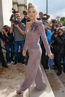 Mit Wow-Effekt: Kate Hudson hat bei der Show von Giorgio Armani einen wahrlich glamourösen Auftritt.