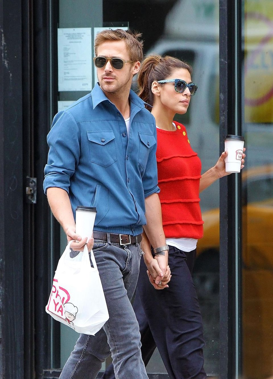 5. Oktober 2012  Hand in Hand schlendern Gosling und Mendes durch New York City.