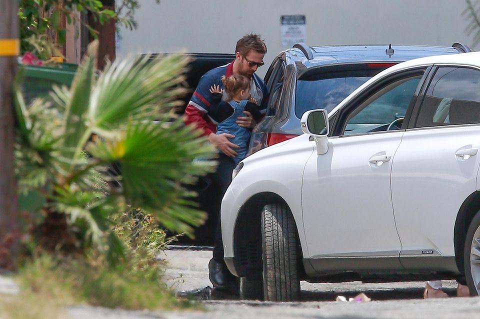 8. Mai 2016   Endlich gibt es ein Foto von Esmeralda und ihrem Papa Ryan Gosling. Liebevoll und schützend bringt er sie in den Wagen. Seit dem 29. April ist die Kleine auch eine große Schwester. Eva Mendes und Ryan Gosling sind erneut Eltern von einer Tochter geworden. Sie hört auf den Namen Amada Lee Gosling.