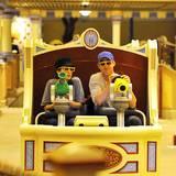 7. September 2011  Hollywoods neues Traumpaar verbringt den Tag in Disneyland und zieht alle Blicke auf sich.