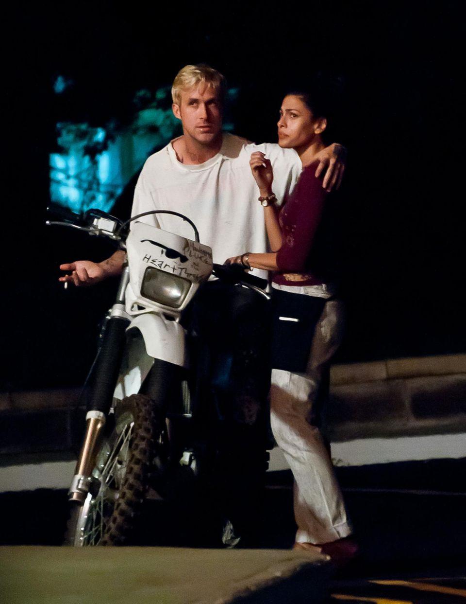 """5. August 2011  Ryan Gosling und Eva Mendes lernen sich bei den Dreharbeiten zu dem Film """"The Place Beyond The Pines"""" kennen und lieben."""