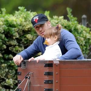 11. Juni 2016   Tuff tuff tuff, die Eisenbahn: Während Mama Eva Mendes mit der neugeborenen (29. April 2016) Amada Lee Gosling zuhause ist, fährt Ryan Gosling mit der zweijährigen Esmeralda im Zugwaggon und erklärt ihr die Welt.