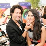 Star-Visagist Boris Entrup verschönert Fashion-Bloggerin Dounia Slimani am Brush-up-Stand von Maybelline.