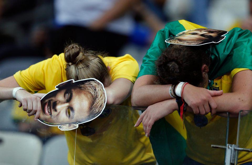 Die brasilianischen Fans sind am Boden zerstört und fragen sich, ob mit dem verletzten Neymar wohl alles anders gelaufen wäre.