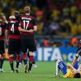 Das Spiel geht mit 7:1 für Deutschland aus. Kapitän Lahm muss bei Brasiliens Spielern Aufbauarbeit leisten.